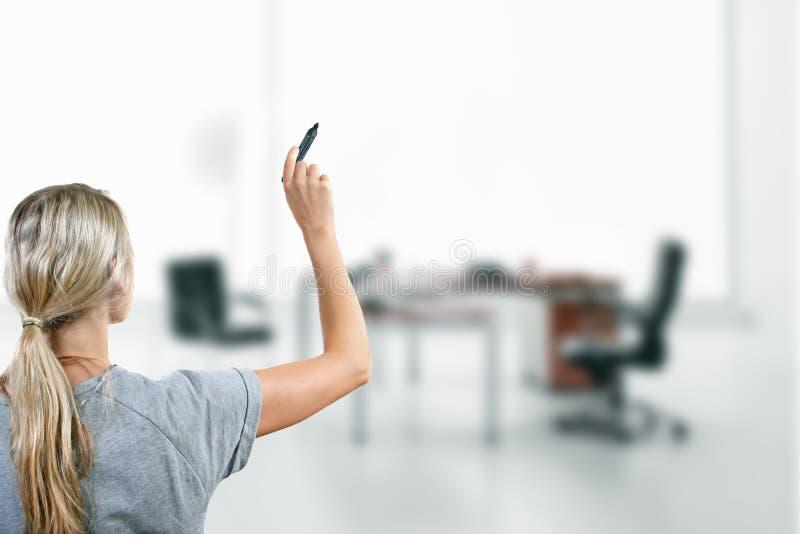 Kobieta z czarnym markierem w ręce fotografia stock