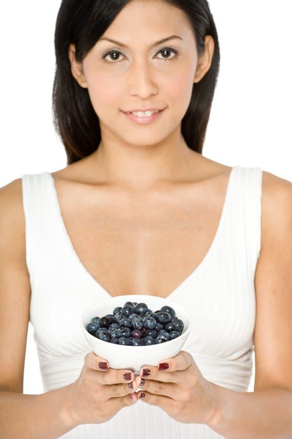 Kobieta Z Czarnymi jagodami obraz stock