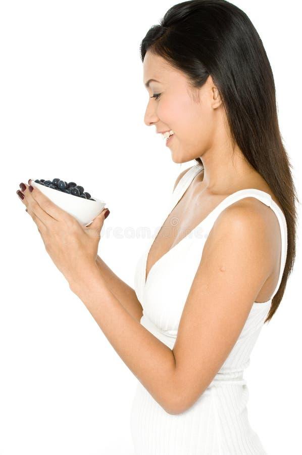 Kobieta Z Czarnymi jagodami fotografia stock