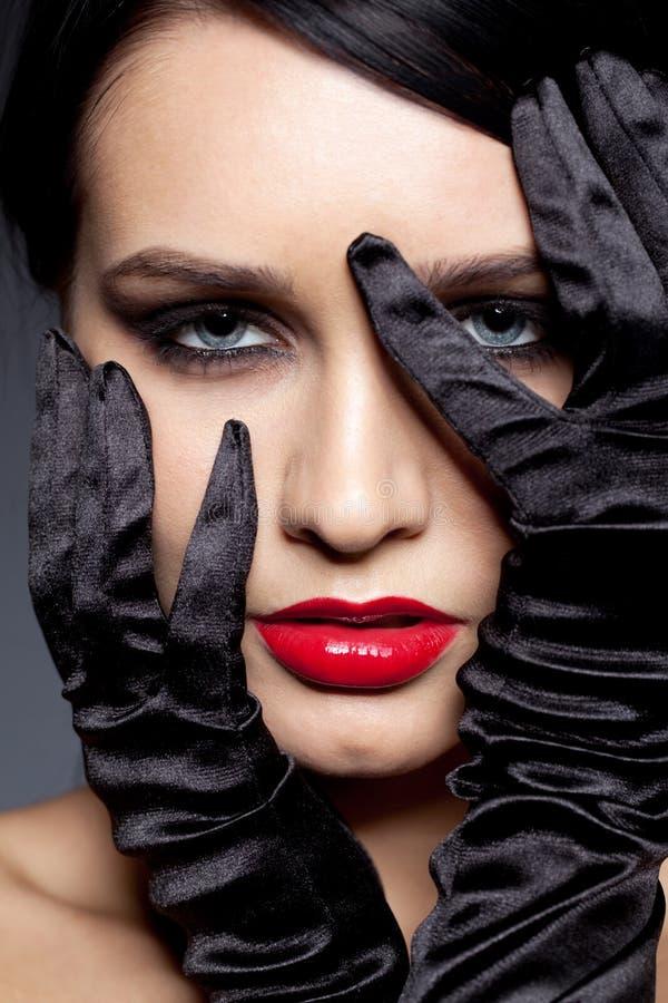 Kobieta z czarnymi rękawiczkami zdjęcie stock