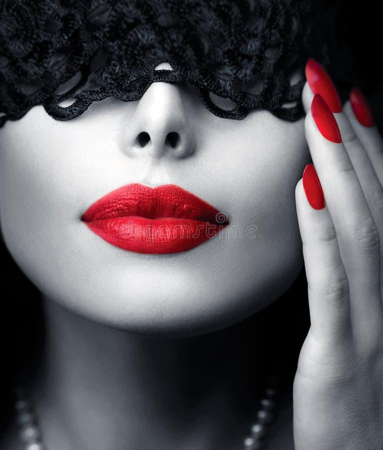 Kobieta z czerni koronki maską zdjęcie royalty free