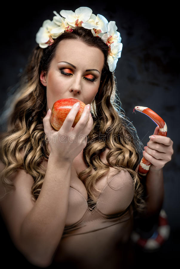 Kobieta z czerwonym jabłkiem i wężem zdjęcia stock