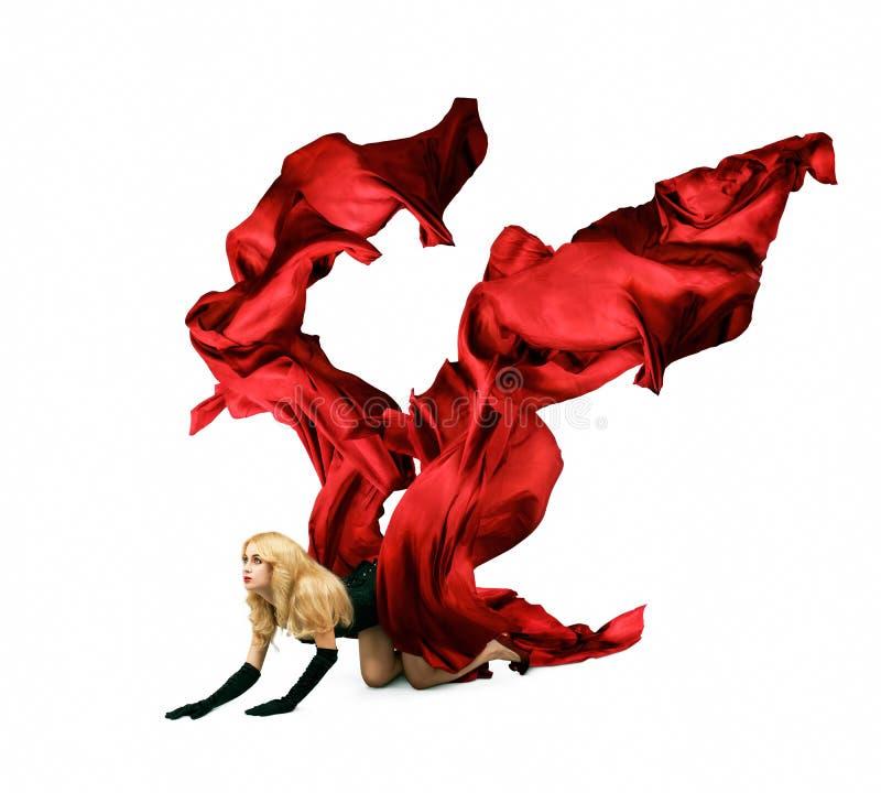 Kobieta z Czerwonym Jedwabniczym Czołganiem na Biały Tle obrazy royalty free