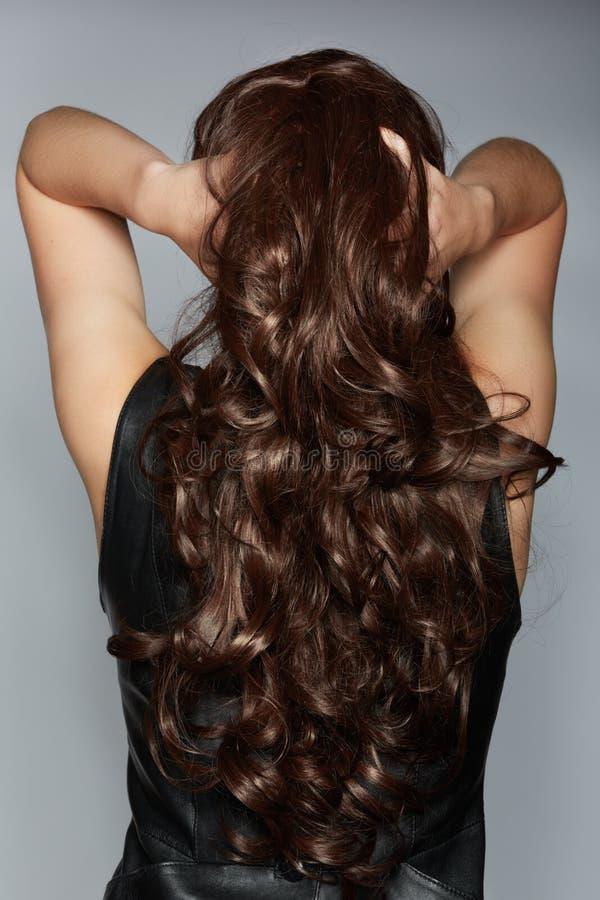 Kobieta z długim kędzierzawym włosy obrazy stock