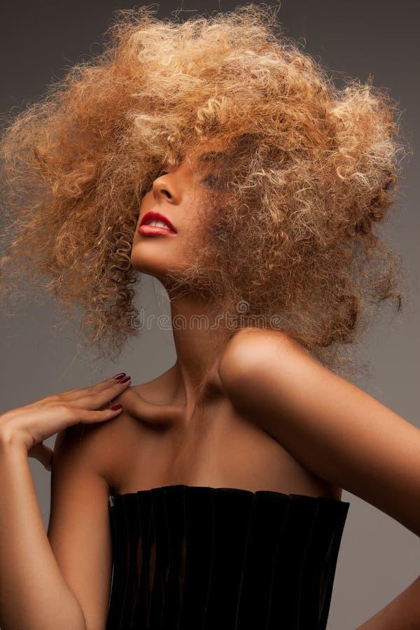 Kobieta z długim kędzierzawym włosy obrazy royalty free