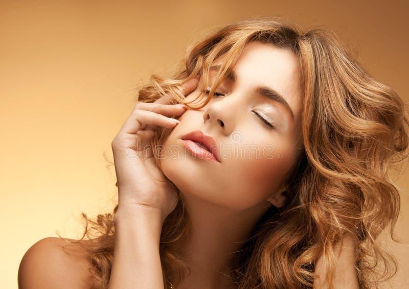 Kobieta z długim kędzierzawym włosy zdjęcia royalty free