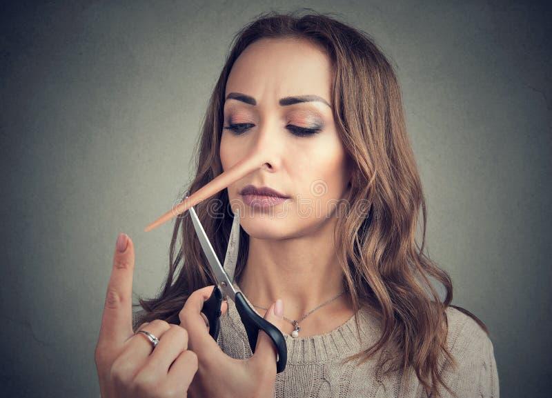 Kobieta z długim nosem i nożycami obrazy stock
