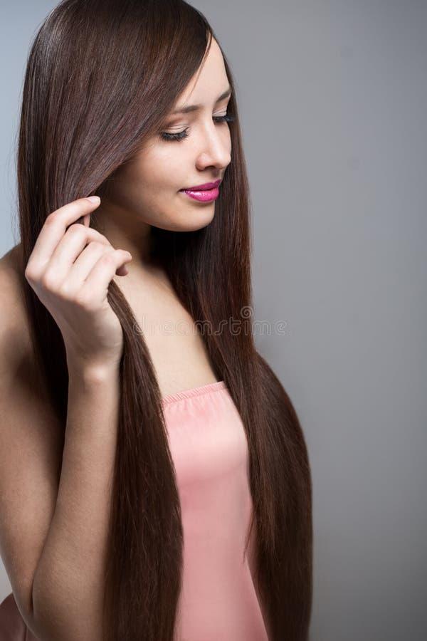 kobieta z długim pięknym włosy zdjęcie royalty free