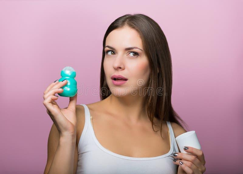 Kobieta z dezodorantem zdjęcia stock