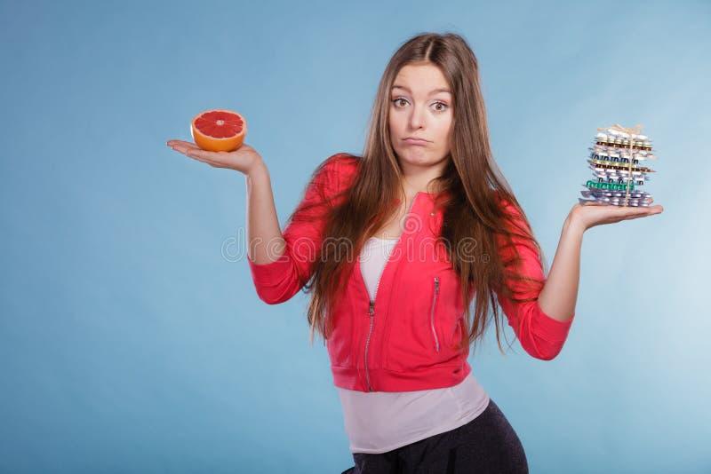 Kobieta z dieta ciężaru straty pigułkami i grapefruitowy obrazy royalty free