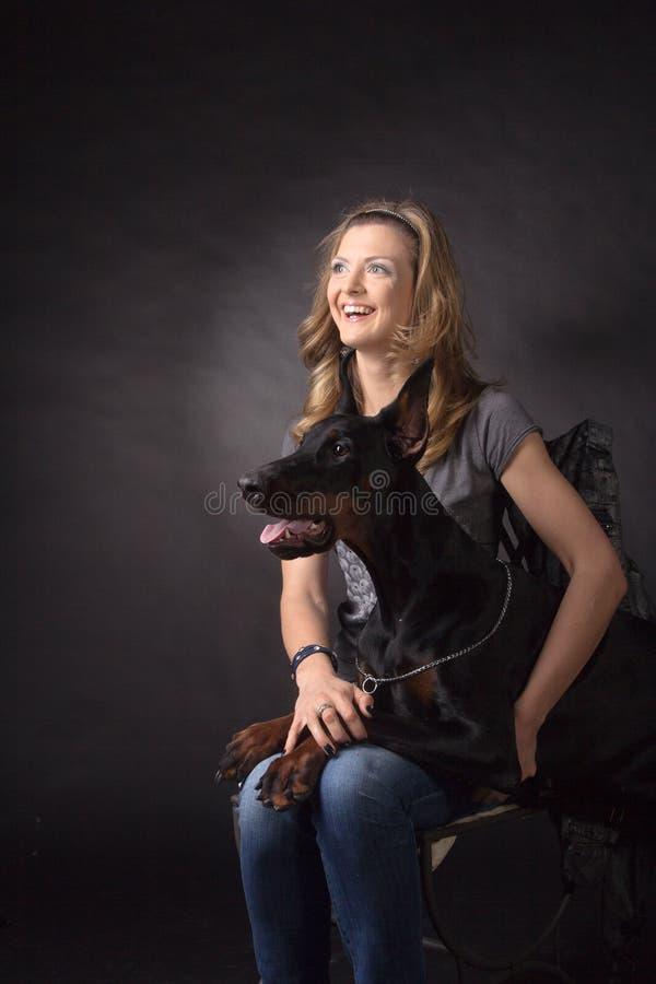 Kobieta z dobermann psem obraz stock