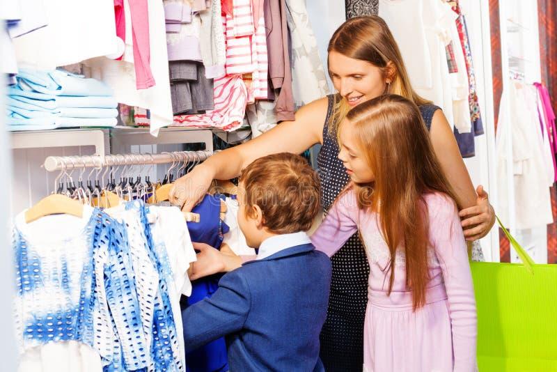 Kobieta z dwa dziećmi robi zakupy wpólnie obrazy stock