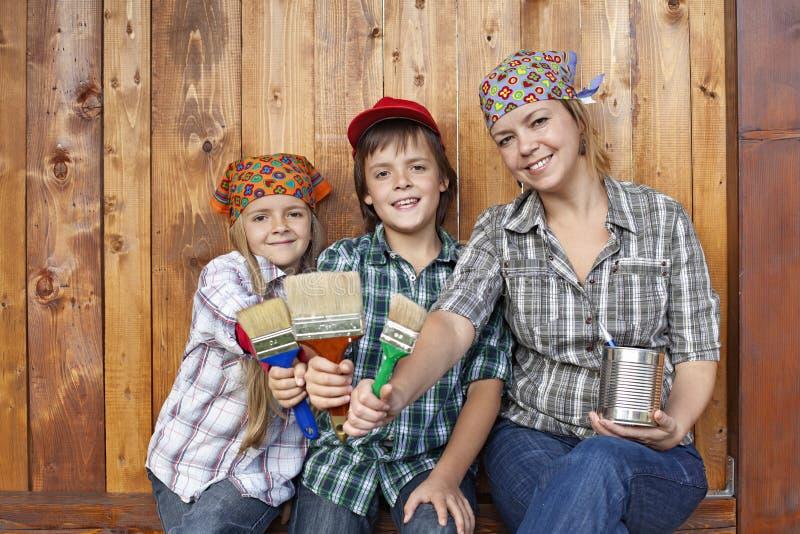 Kobieta z dzieciakami przygotowywającymi malować jatę fotografia royalty free