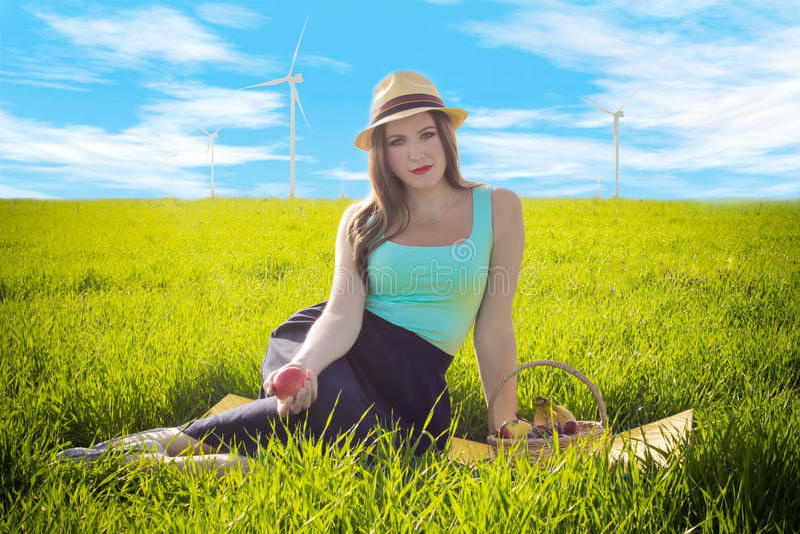 Kobieta z eco produktów spojrzeniami posyła pewnie obraz royalty free