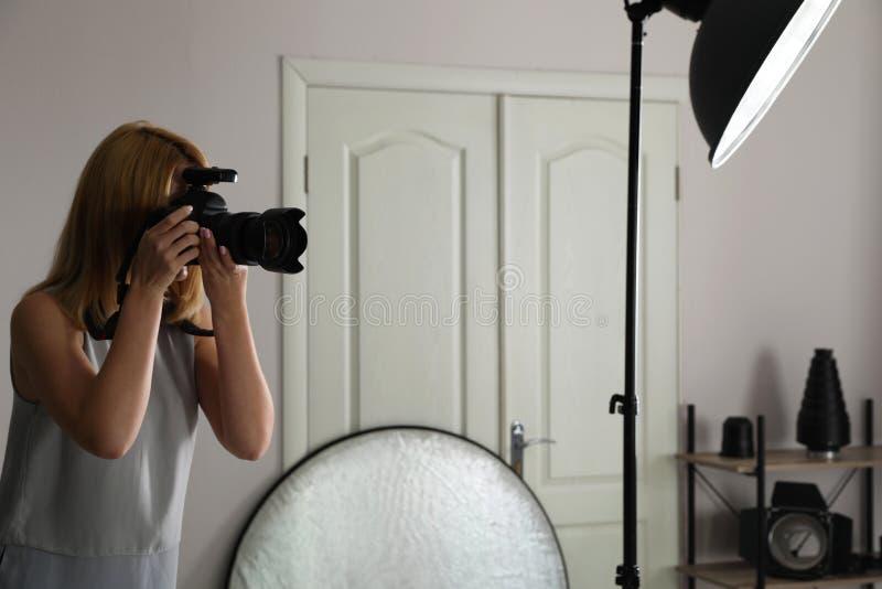 Kobieta z fachową kamerą w fotografii studiu zdjęcie royalty free