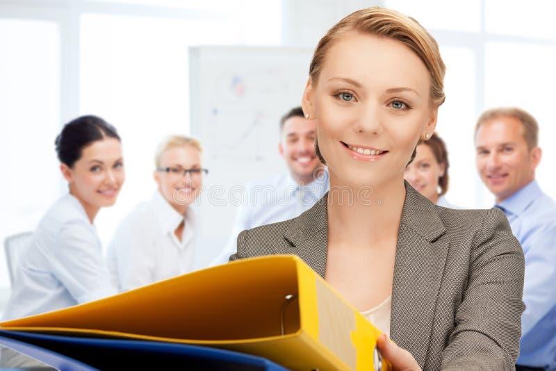 Kobieta z falcówkami w biurze obrazy stock