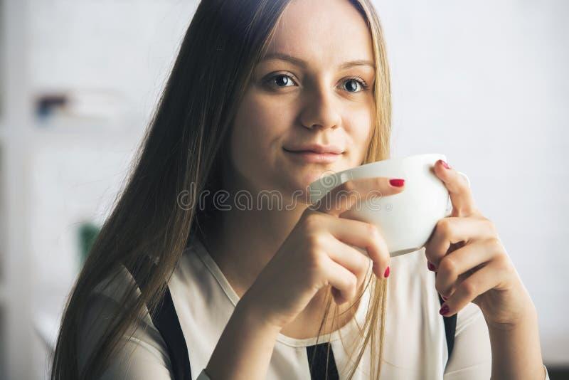 Kobieta z filiżanką zdjęcia stock