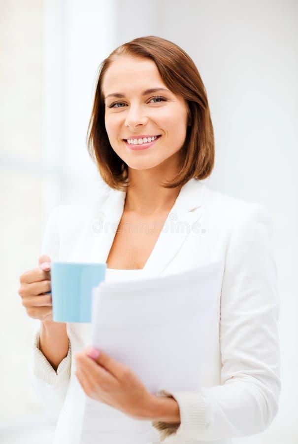 Kobieta z filiżanką kawy i falcówkami obraz royalty free