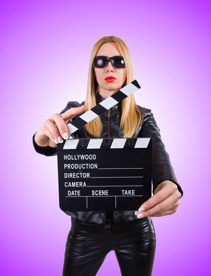 Kobieta z filmu clapper przeciw gradientowi fotografia stock