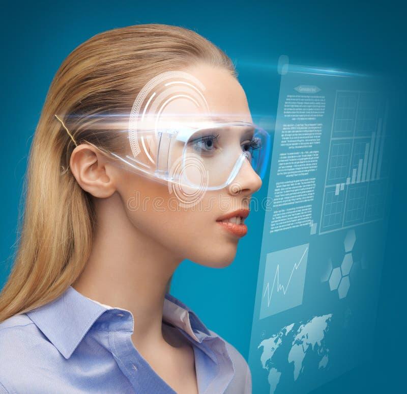 Kobieta z futurystycznymi szkłami fotografia stock