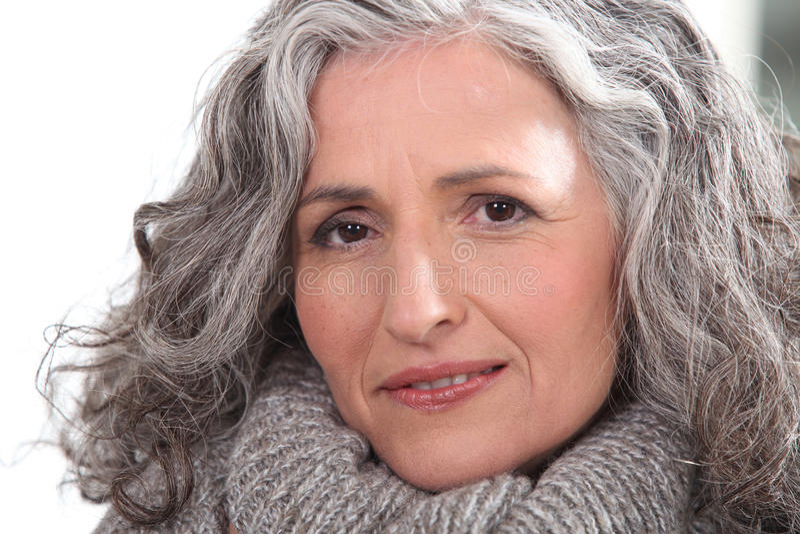 Kobieta z gęstym popielatym włosy obrazy stock