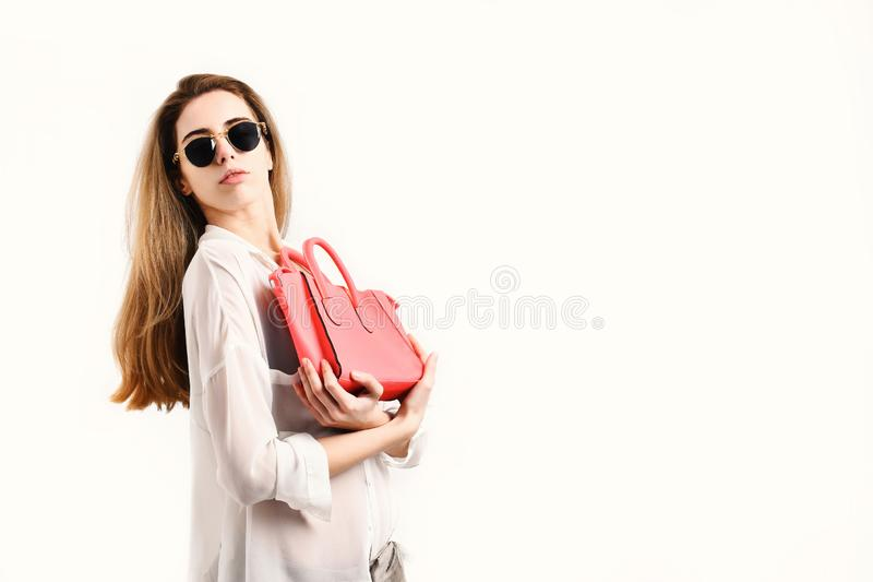 Kobieta z galanteryjną żeńską torbą Dama chwytów różowa kiesa fotografia stock