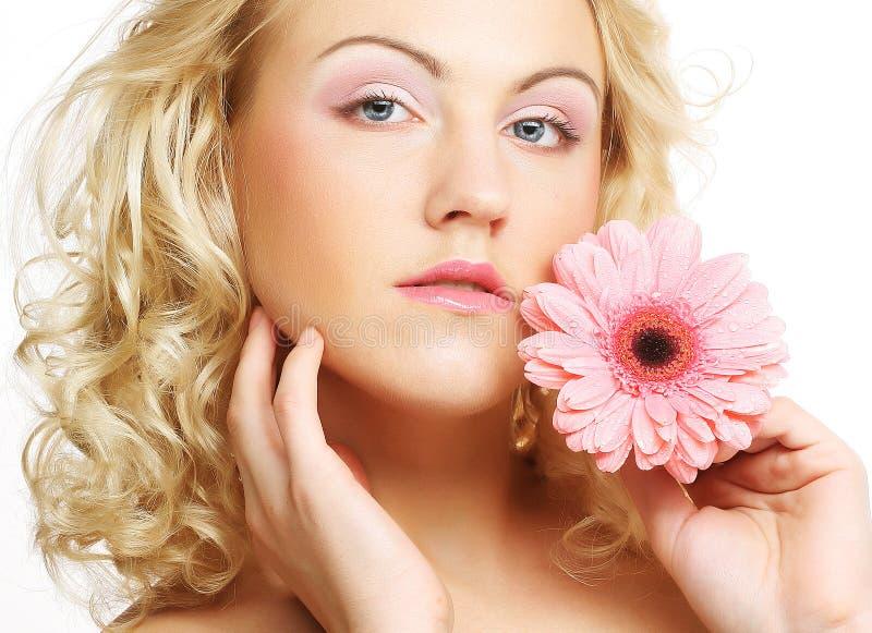 Kobieta z gerber kwiatem fotografia stock