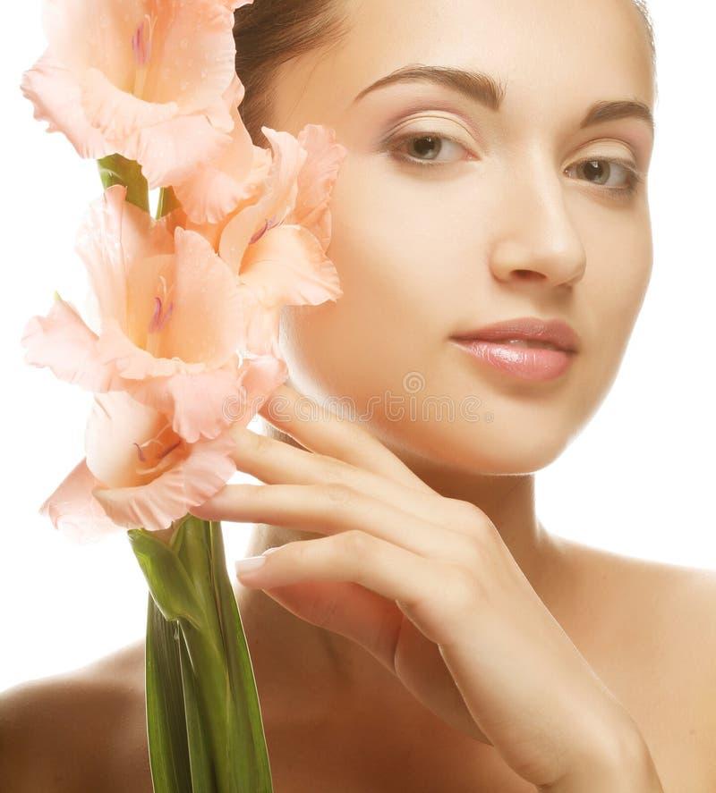 Kobieta z gladiolusem kwitnie w ona ręki obraz royalty free
