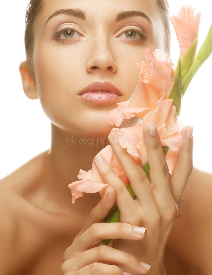 Kobieta z gladiolusem kwitnie w ona ręki obrazy stock