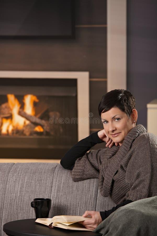 Kobieta z gorącym napojem obraz stock
