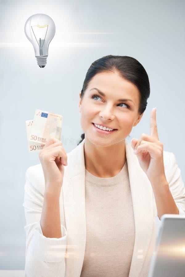 Kobieta z gotówkowym euro pieniądze i żarówką fotografia stock