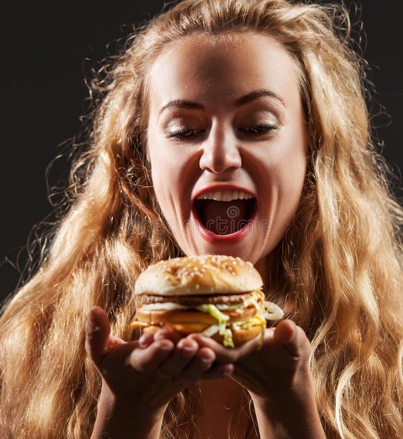 Kobieta z hamburgerem zdjęcie royalty free