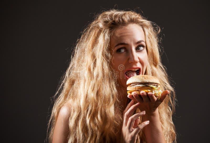 Kobieta z hamburgerem zdjęcia royalty free