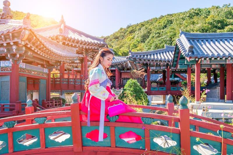 Kobieta z Hanbok w Gyeongbokgung tradycyjna koreańczyk suknia zdjęcia stock