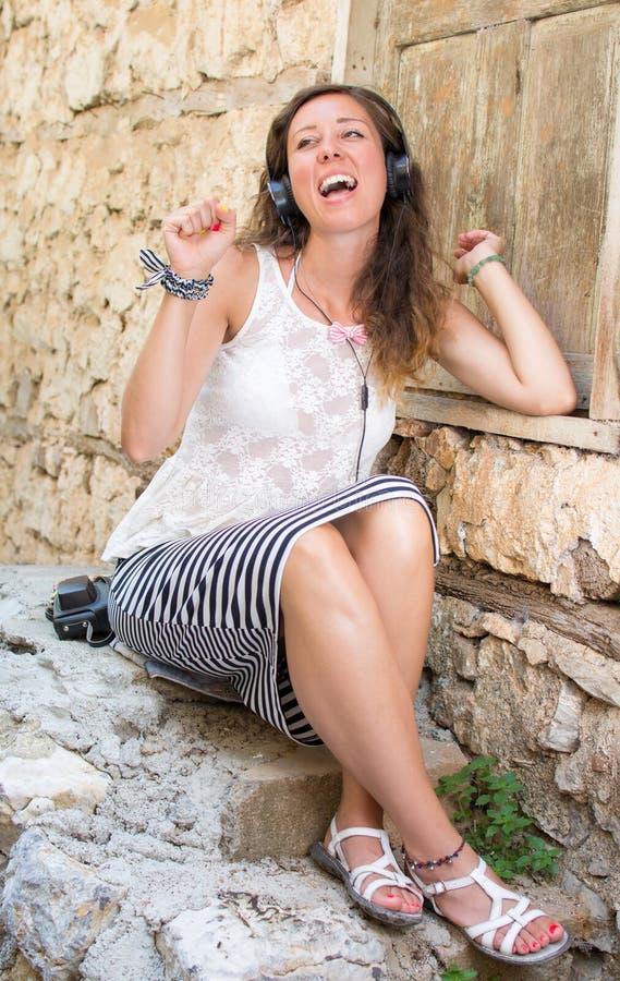 Kobieta z hełmofonami w starym miasteczku zdjęcia stock