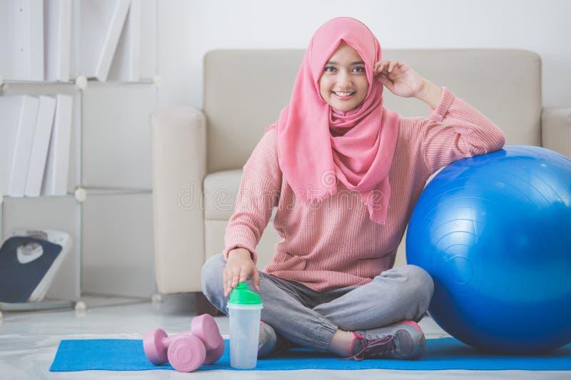 Kobieta z hijab robi ćwiczeniu w domu zdjęcie royalty free