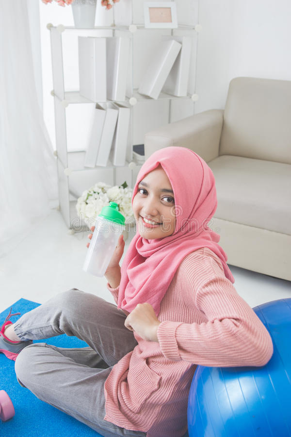 Kobieta z hijab robi ćwiczeniu w domu zdjęcie stock