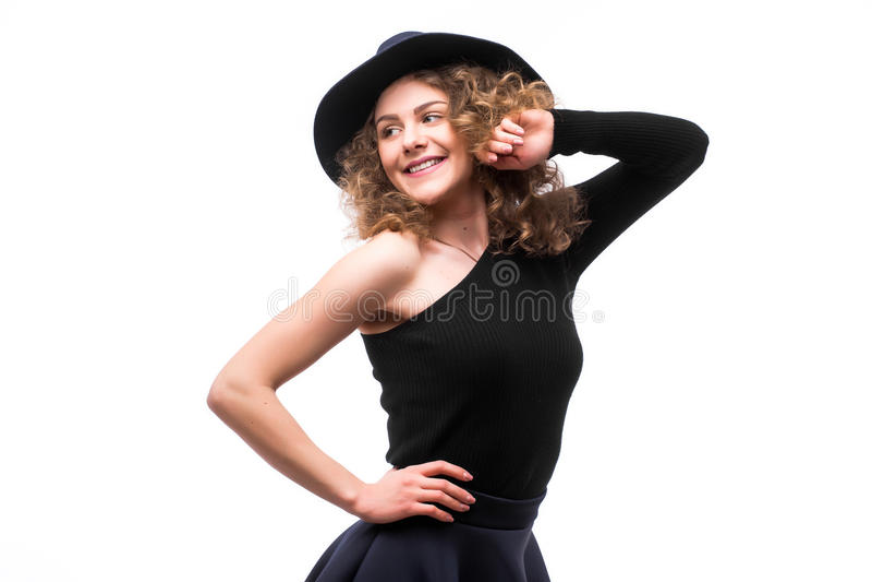 Kobieta z kędzierzawym włosy w czarnym kapeluszu i eleganckiej eleganckiej wieczór sukni obraz royalty free