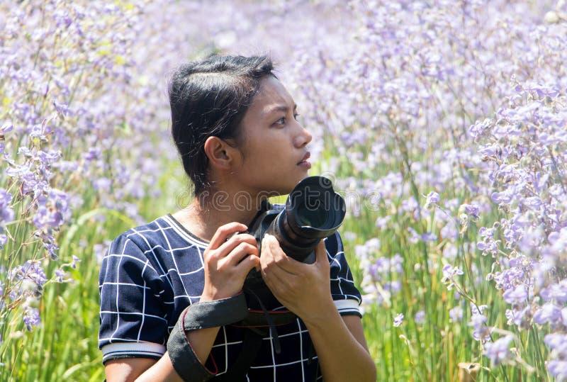 Kobieta z kamerą środek łąka zdjęcie royalty free