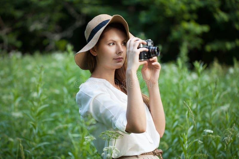 Kobieta z kamerą w ręce obrazy royalty free