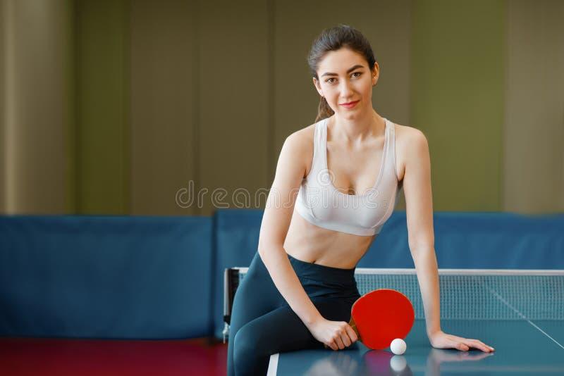 Kobieta z kant pozami przy śwista pong stołem obrazy stock