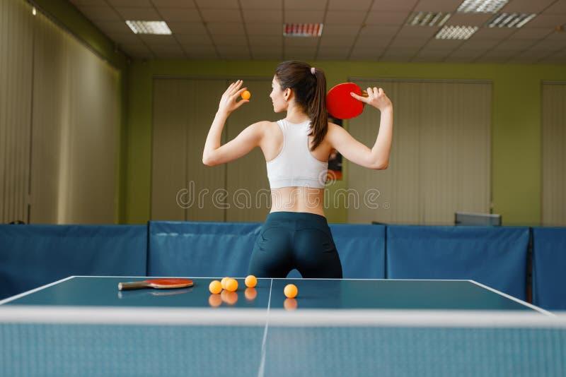 Kobieta z kantem przy śwista pong stołem fotografia stock