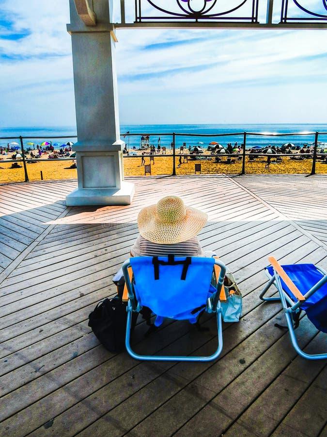 Kobieta Z Kapeluszowy Relaksować Przy Boardwalk obrazy royalty free