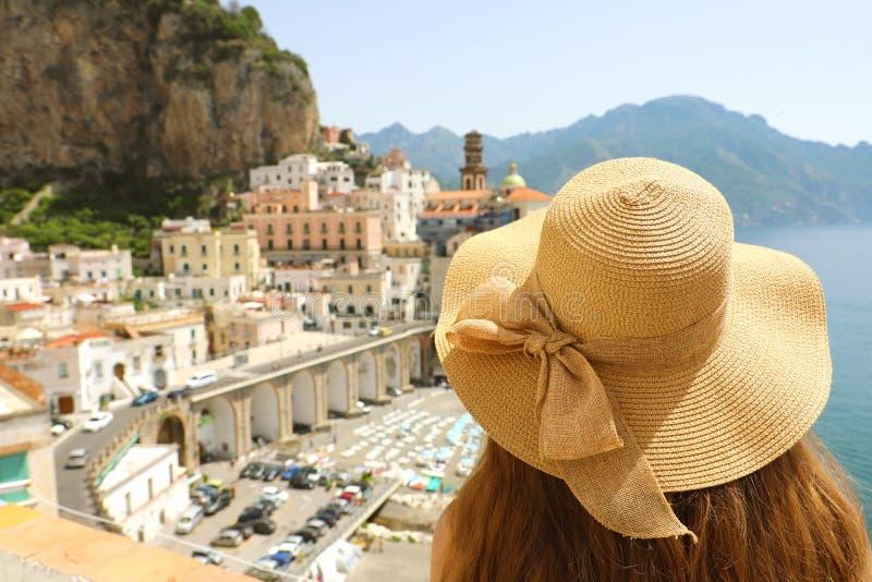 Kobieta z kapeluszowym patrzeje typowym włocha krajobrazem Atrani wioska, Amalfi wybrzeże, Włochy zdjęcia stock