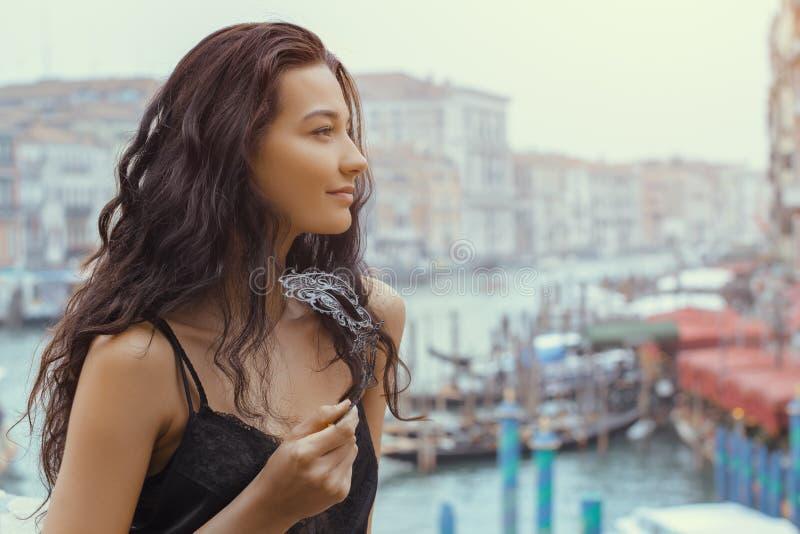 Kobieta z karnawał maską w Wenecja fotografia stock