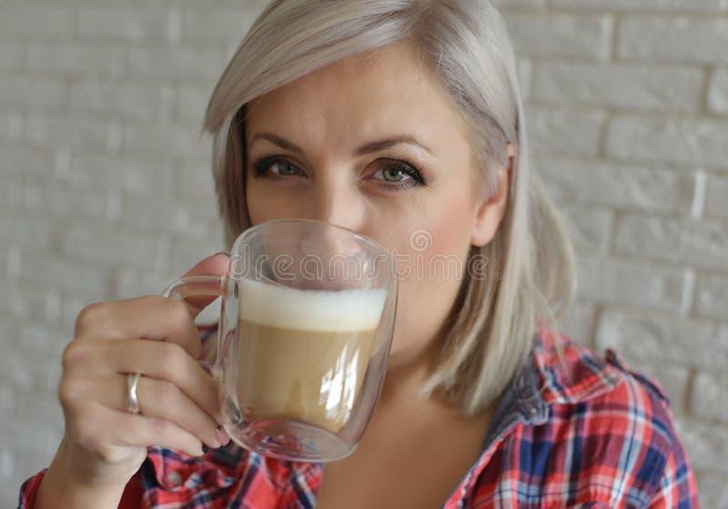 Kobieta z kawą obraz royalty free