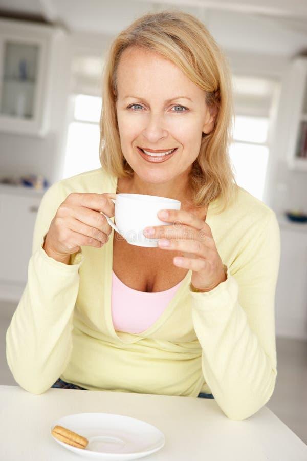 Kobieta z kawą w domu zdjęcie royalty free