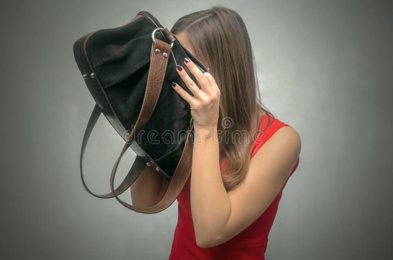 Kobieta z kiesy torbą fotografia royalty free