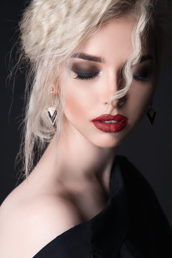kobieta z kijem piękną twarz tła występować samodzielnie w białych kobiet young obrazy stock