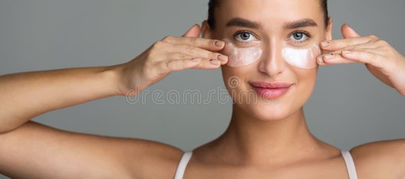 Kobieta z kolagen?w ochraniaczami pod jej oczami zdjęcia stock
